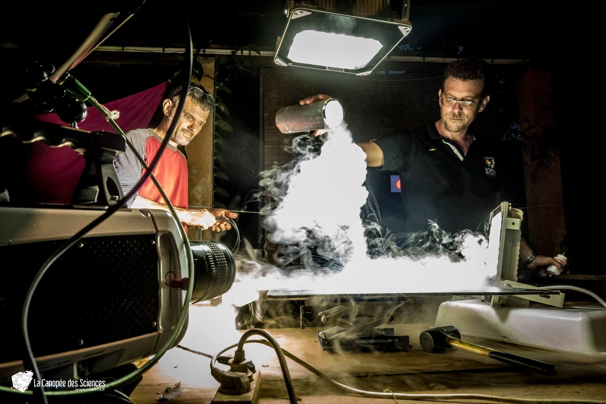Tanguy Stoecklé et Olivier Marnette pendant une expérience avec de l'azote liquide.