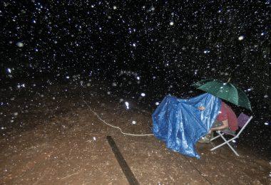 Tanguy Stoecklé et sa caméra Phantom sous une pluie tropicale