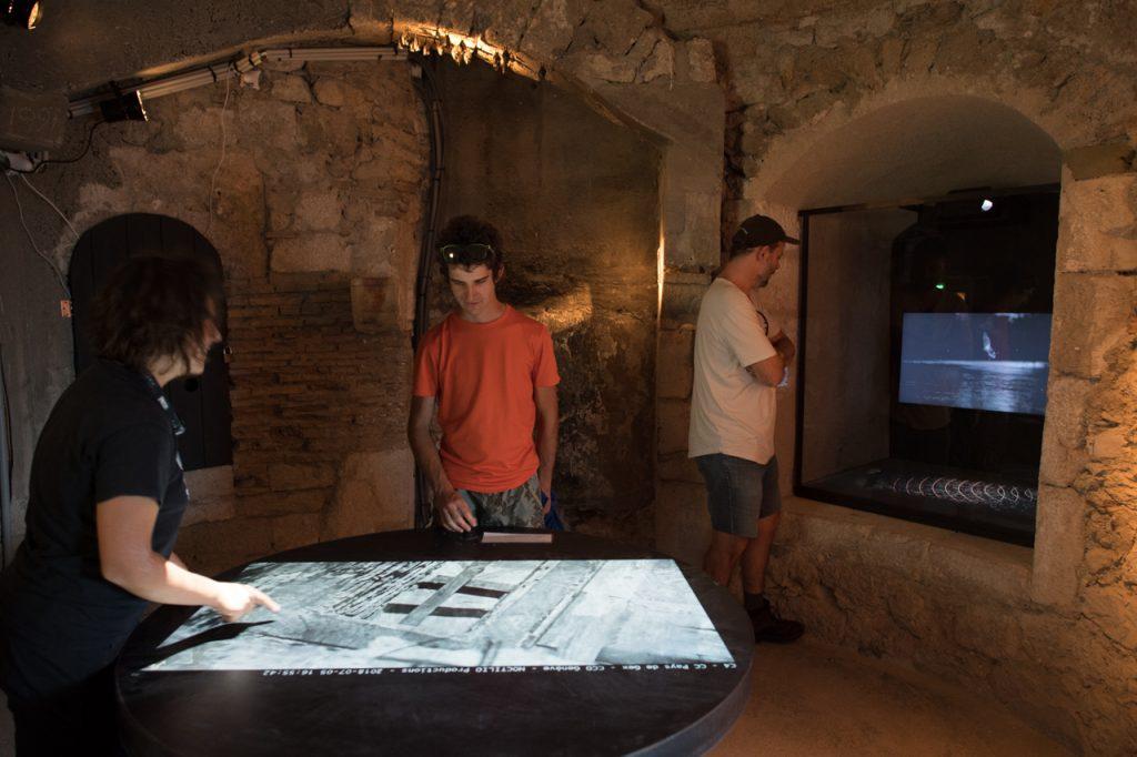 Salle de la vidéo observation en direct d'une colonie et démonstration du fonctionnement du sonar.
