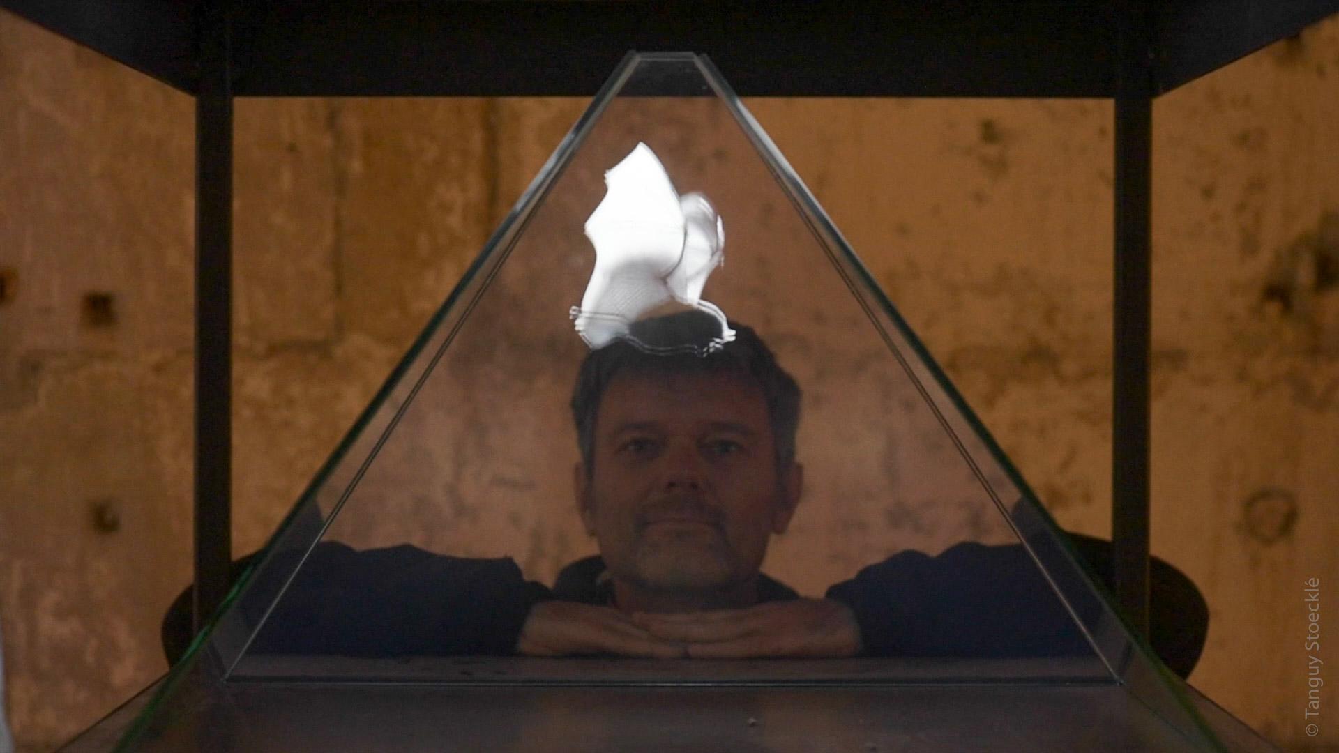 Rhinologramme_Autoportrait-TanguyStoecklé-devant-son-Petit-Rhinolophe-filmé-en-ultra-ralenti_Hologramme